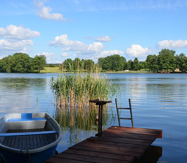 See mit Steg und Boot